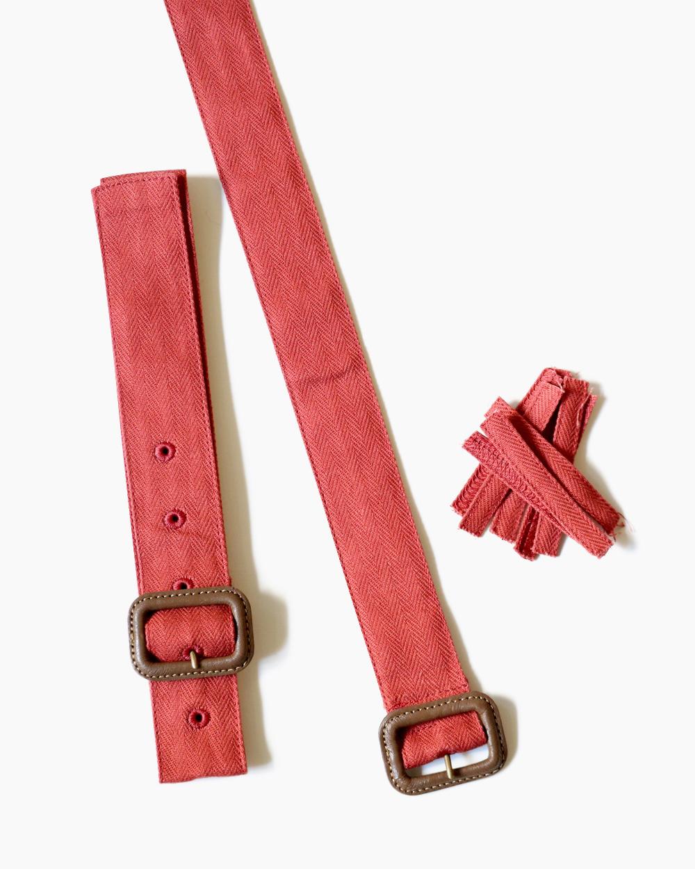 裾上げ後、後付けの裾ベルトはレザーバックルと8個のループで構成されます。