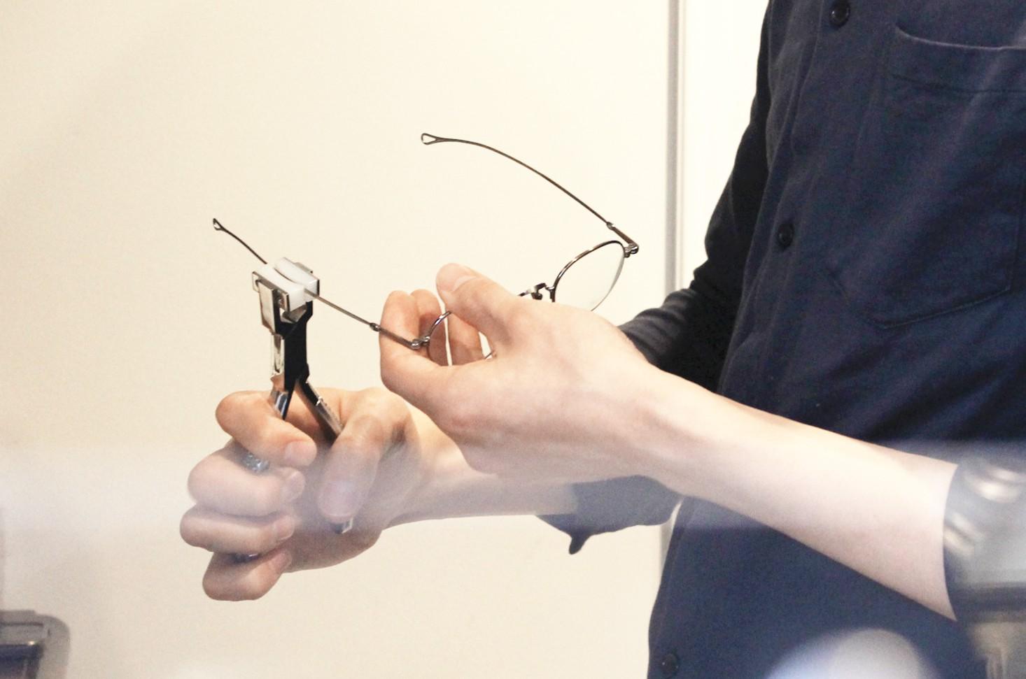 現在使用しているメガネ(サングラス)が鼻からずれたり、左右に傾いたりします。直せますか?